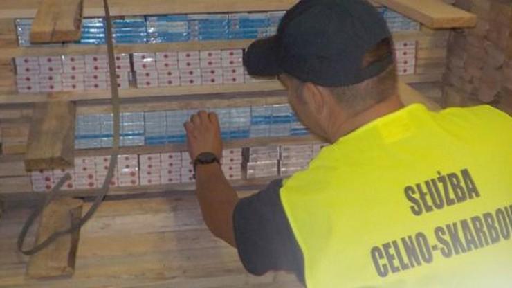 16,5 tys. paczek papierosów w transporcie desek